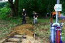 Nach Entfernen des Prellbocks wird Sand/Kies-Gemisch aufgefüllt.