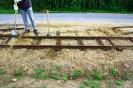Ein Gleisstück wird eingesetzt.